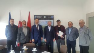 Uczestnicy spotkania na którym podpisano umowę na budowę kanalizacji w Łazach Dębowieckich